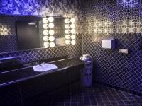 Модная плитка для ванной комнаты 2020 — 30 фото в интерьере