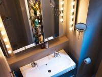 Современное зеркало в ванную комнату