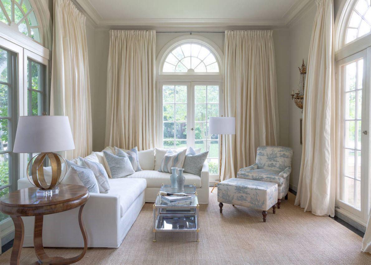 Декорирование нестандартных окон в гостиной