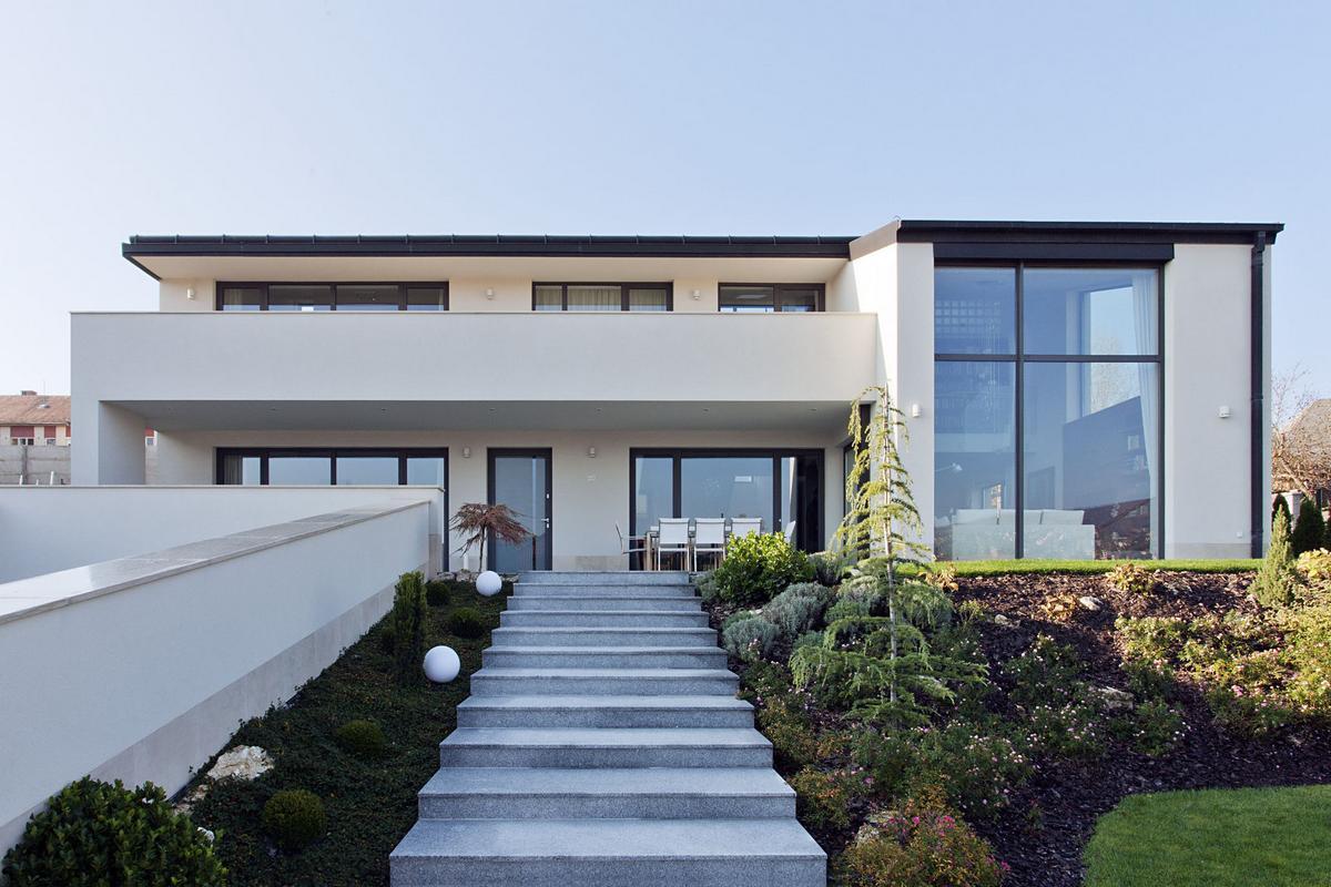 Фасад двухэтажного дома 5