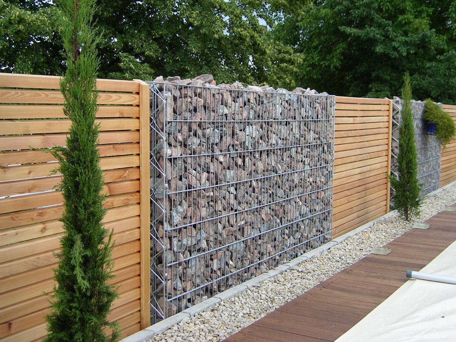 muro de madera y alambre