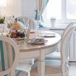 Деревянный-круглый-стол-в-интерьере-кухни