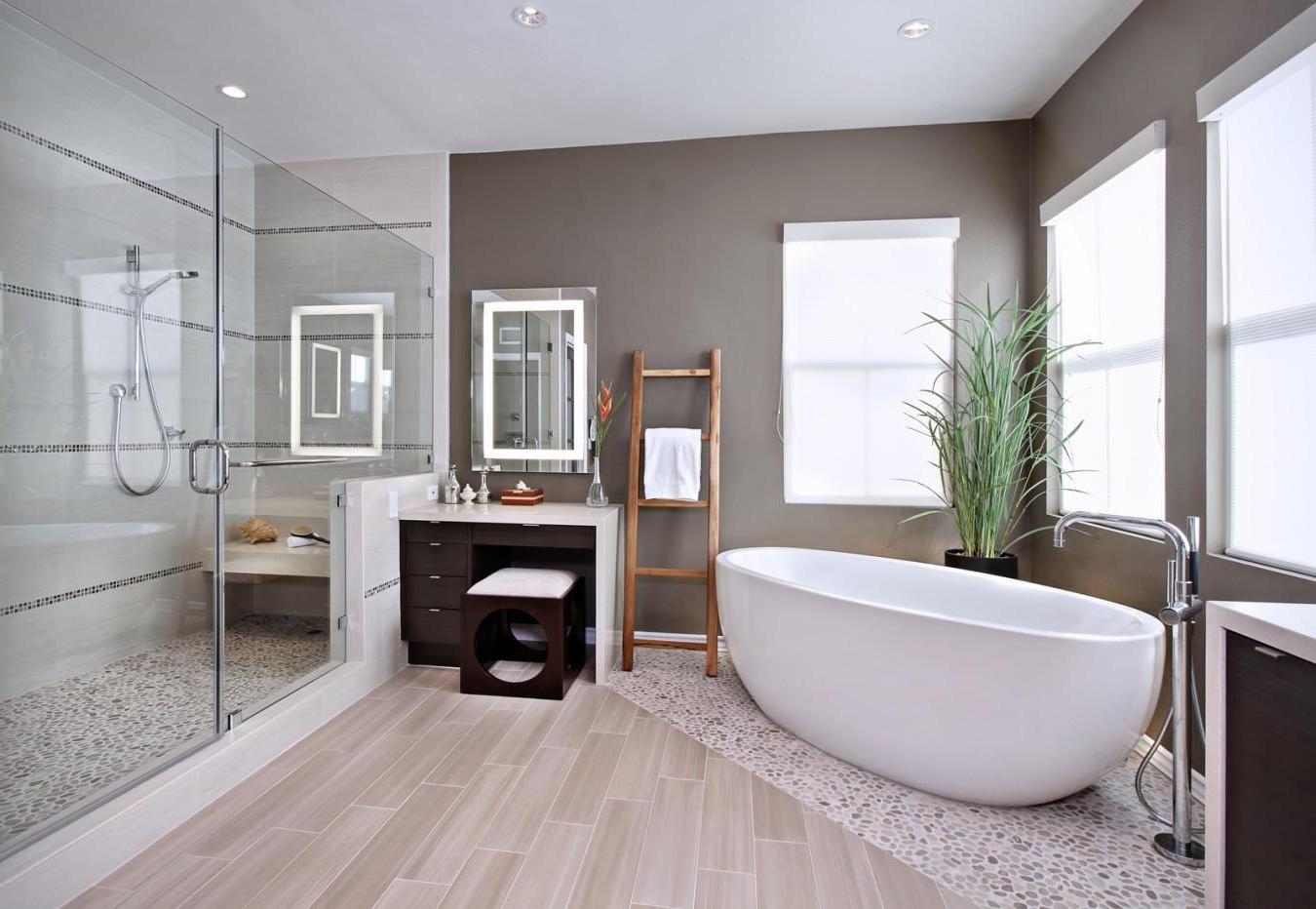 огромная стильная ванная комната в светлых тонах