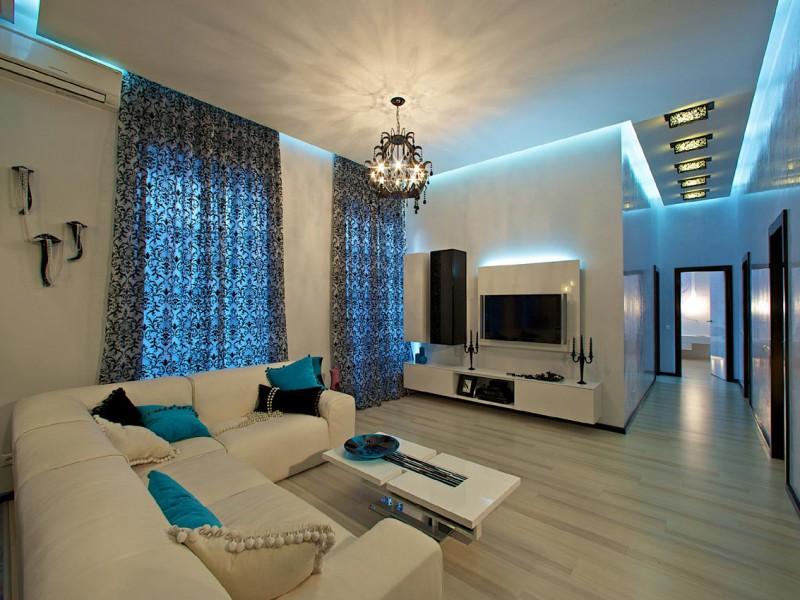 дизайн светлой гостиной с камином