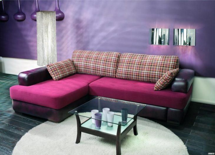 интерьер комнаты с угловым диваном