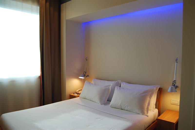 светильники на потолке в спальне фото