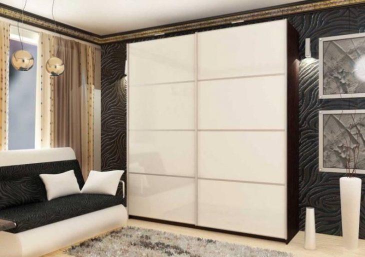 интерьер гостиной со шкафом купе