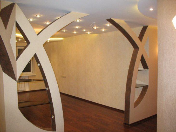 арка между кухней и гостиной