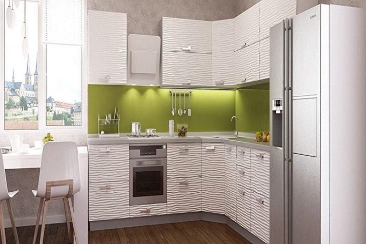 маленькая угловая кухня с окном