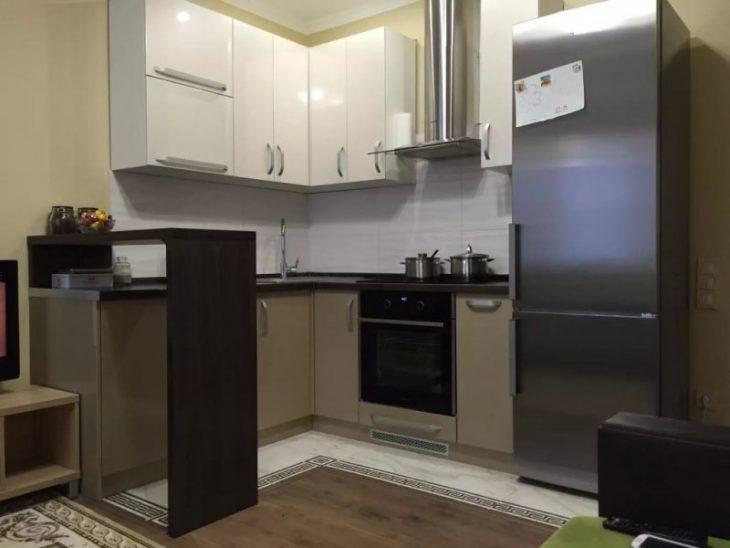 маленькая угловая кухня с барной стойкой