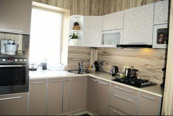 маленькая кухня с угловой мойкой