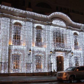 Новогодний декор фасада зданий: особенности и полезные советы